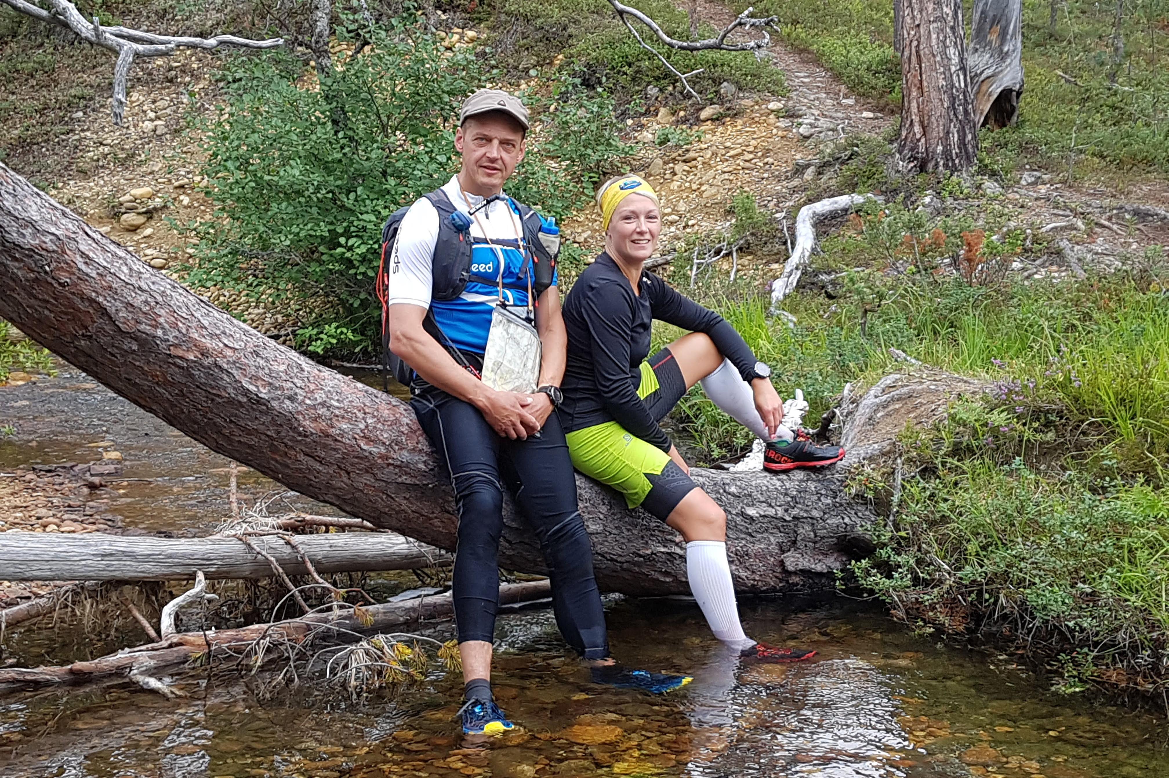 polkujuoksijat tauolla kengät vedessä